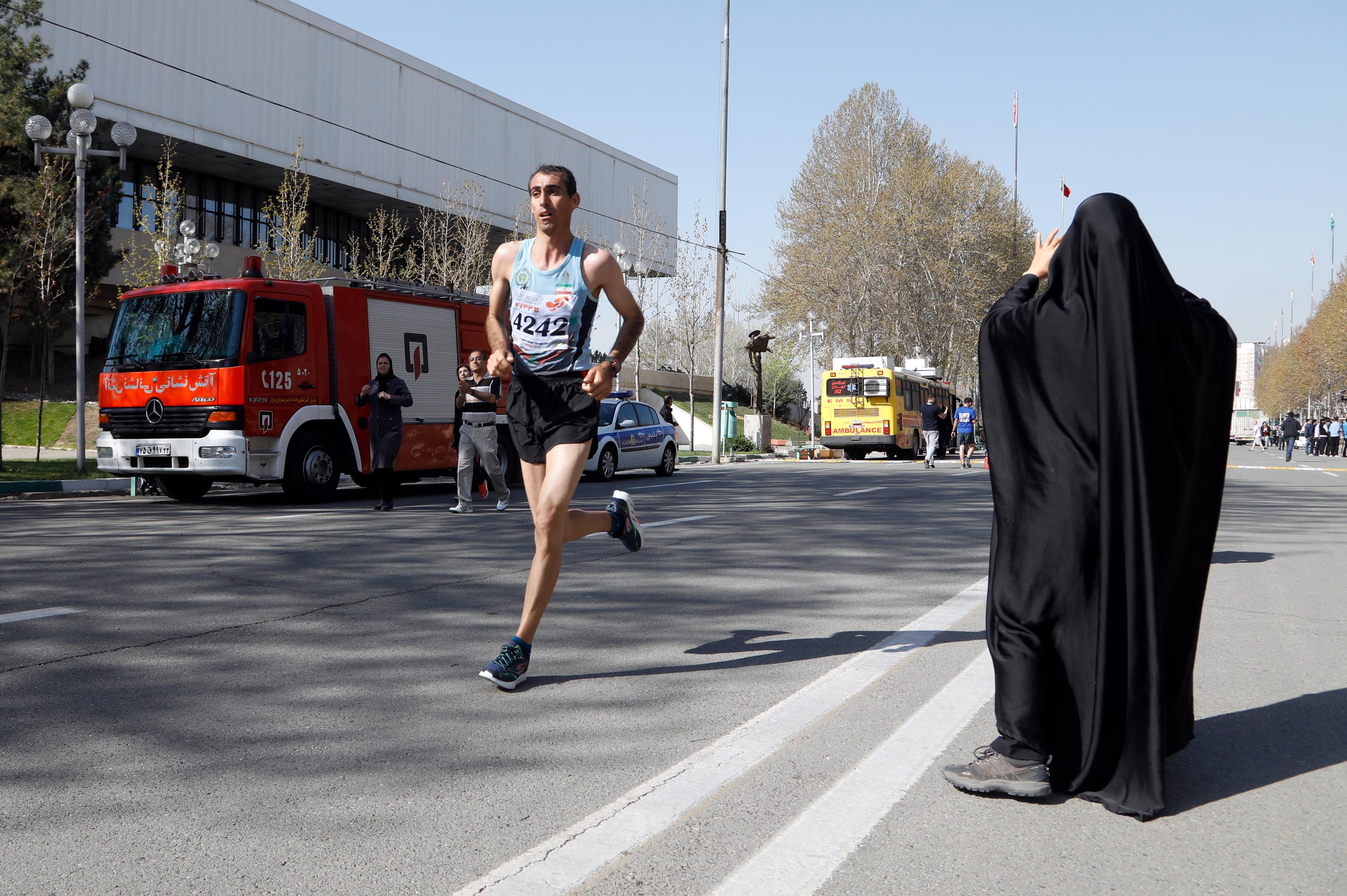 Fruehjahr 2017: Trotz vorheriger Zusage wird die Teilnahme von Frauen am Teheran-Marathon verboten. Die Laeuferinnen sollten auf der Laufbahn im Azadi-Stadion ihre Runden drehen und nicht ins Zentrum laufen. Einige Laeuferinnen verlegten ihren persoenlich