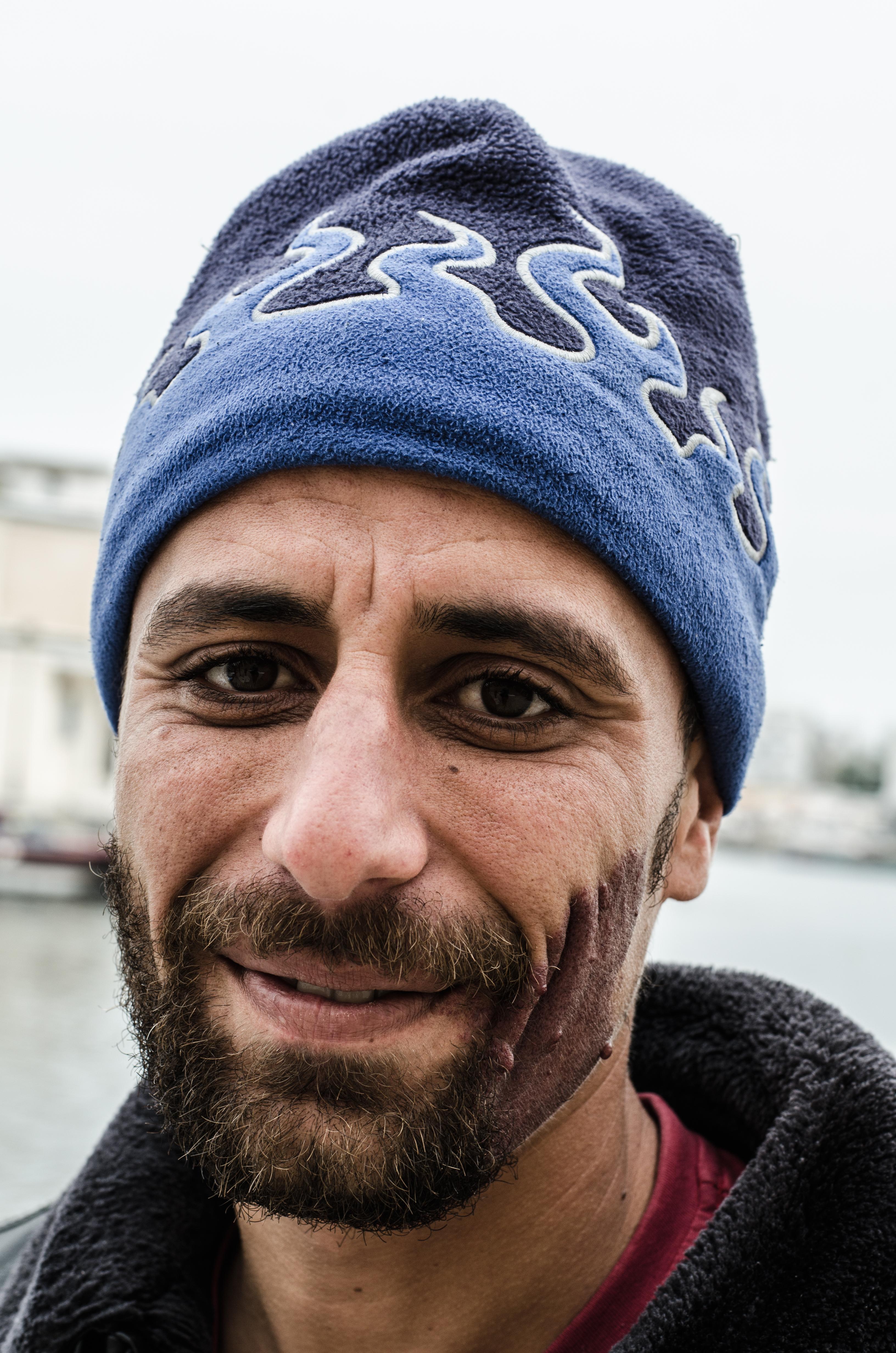 Der 29-jährige Khaled Fris hält sich mit Gelegenheitsjobs über Wasser. In seinen alten Beruf will er auf keinen Fall zurückkehren. Das Leben als Küstenfischer gerät immer mehr zum Auslaufmodell in Bizerte.