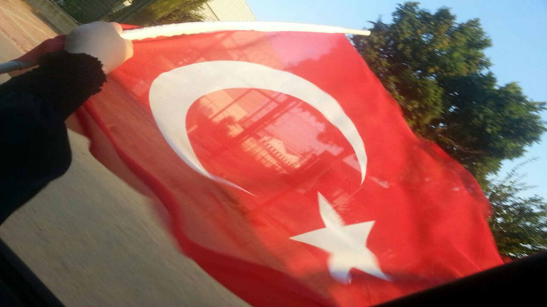 Türkische Fahne mit Gebäuden im Hintergrund