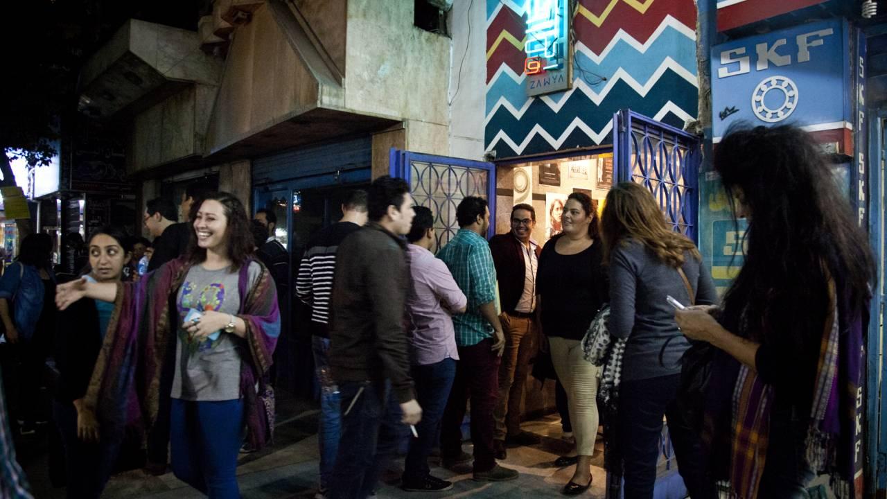 Film-Fans warten vor dem Zawya-Kino in Kairo.