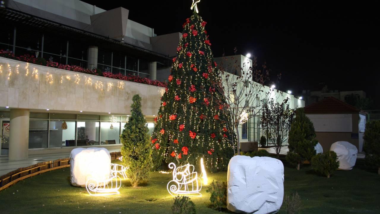 Der festlich geschmückte Weihnachtsbaum im Orthodox Club Amman
