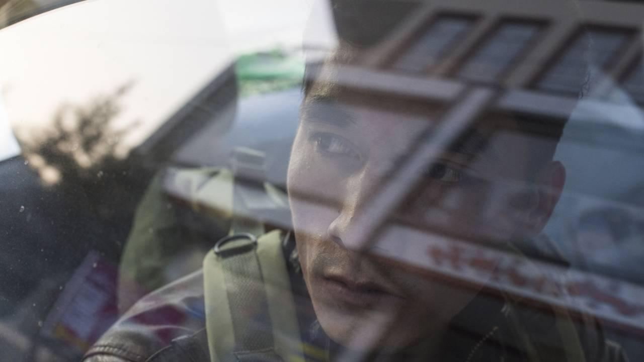 Ali Hosseini schaut aus dem Fenster eines Taxis. Er hat sich entschieden, sich von Kabul nach Pakistan aufzumachen, obwohl er keinen gültigen Pass hat. Er hofft, in Pakistan seine Familie wiederzusehen