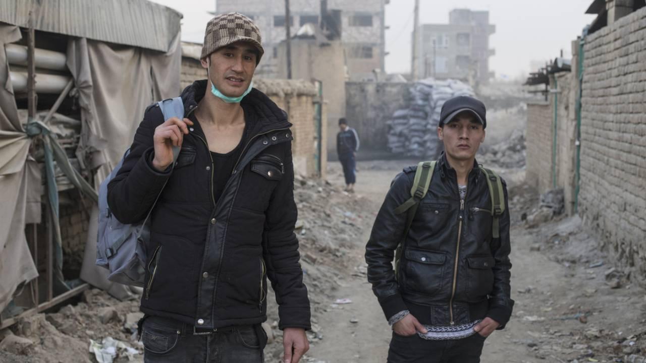 Alimadad Naseri (l.) und Ali Hosseini (r.) im Westteil Kabuls, einen Tag nach ihrer Ankunft nach Kabul. Sie haben die Nacht auf der Straße verbracht und kaum geschlafen.