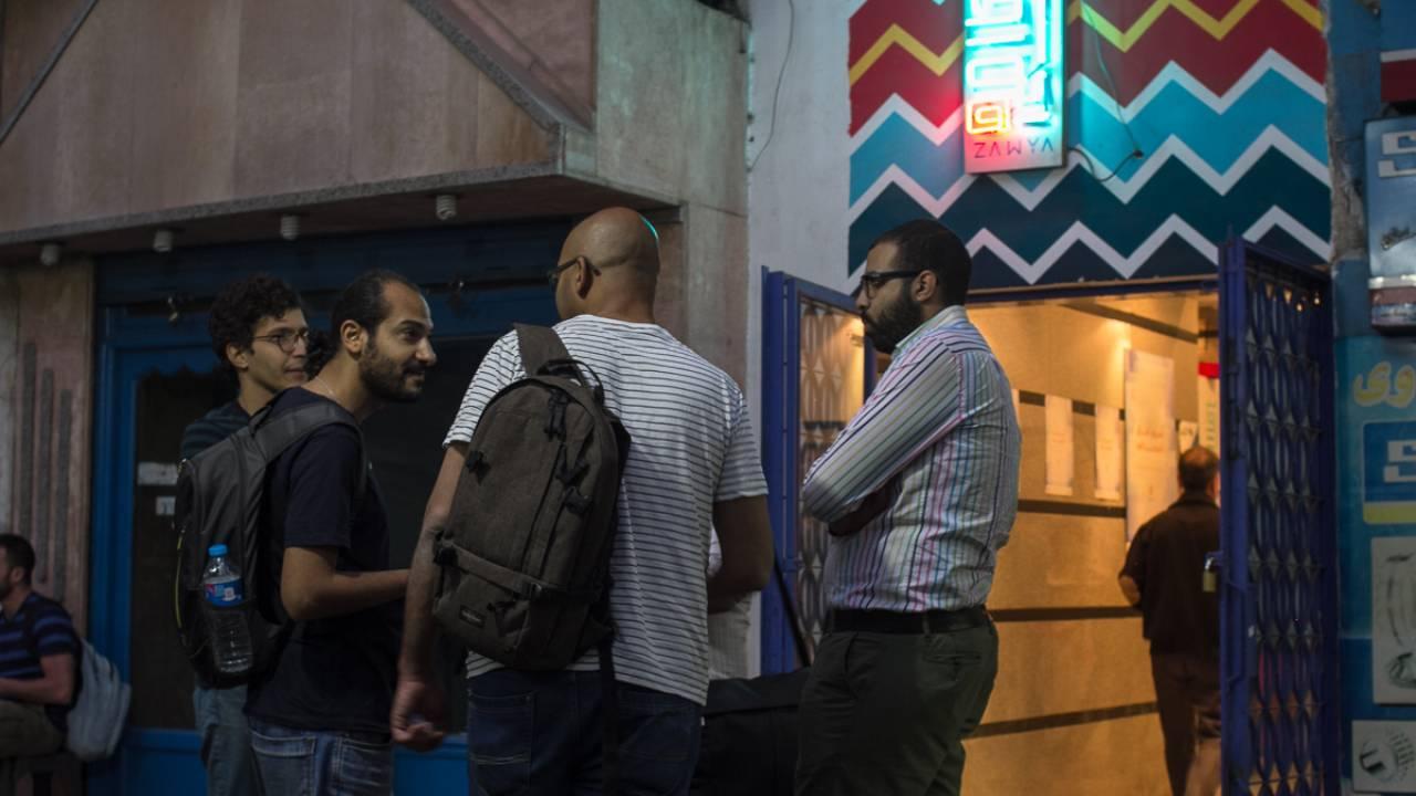 مجموعة من محبي السينما خارج سينما زاوية