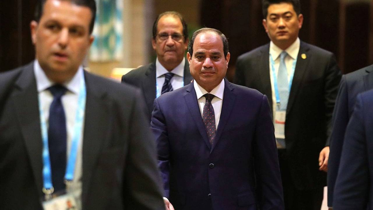 Sisi in before a meeting with Putin in China