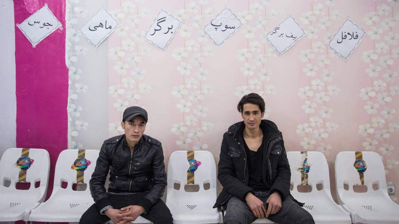 Ali Hosseini (l). und Alimadad Naseri (r.) in einem Café im Kabuler Westen, einem Tag nach ihrer Rückkehr nach Kabul.