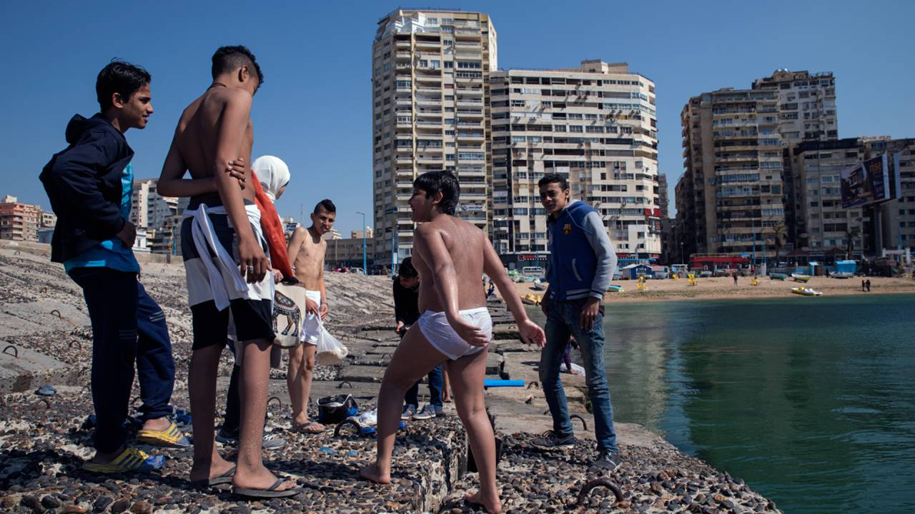 Der Strandabschnitt im Alexandriner Stadtteil Gleem: Tagsüber suchen Jugendliche Abkühlung, wenn die Temperaturen steigen. Abends strömen vor allem Familien an die Uferpromenade.