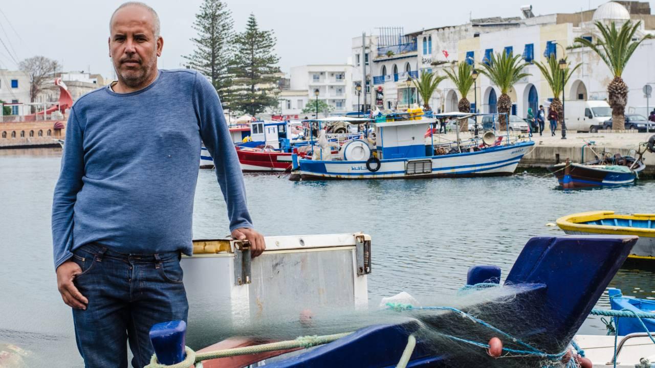 Jamel Mouhalib hatte kurz nach der Revolution 29.000 Dinar in einen Trawler investiert. Doch weil er nicht alle notwendigen Papiere rechtzeitig auftreiben konnte, hängt seine Fanglizenz in der Schwebe.