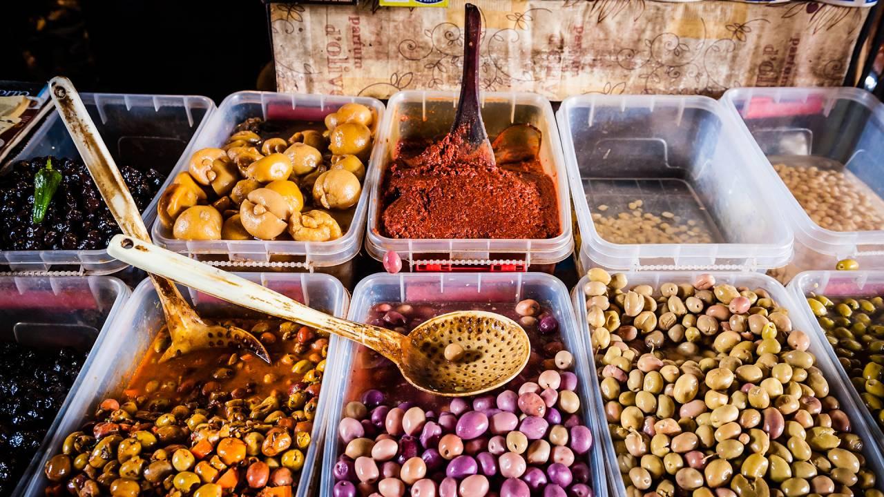 Kulinarische Köstlichkeiten auf einem markt in Marokko