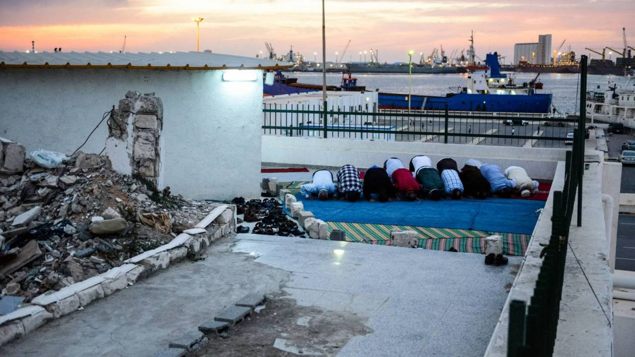 As a form of resistance, Sufis continued praying at Sidi-Shaab mosque beside the ruins.