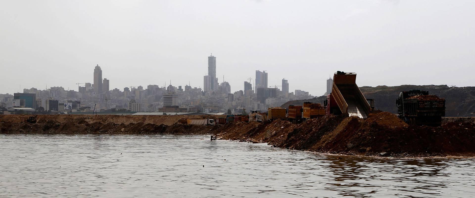 Plastiflaschen überziehen im Libanon ganze Strandabschnitte. Verunreinigungen mit Mikroplastik bedrohen das Mittelmeer.