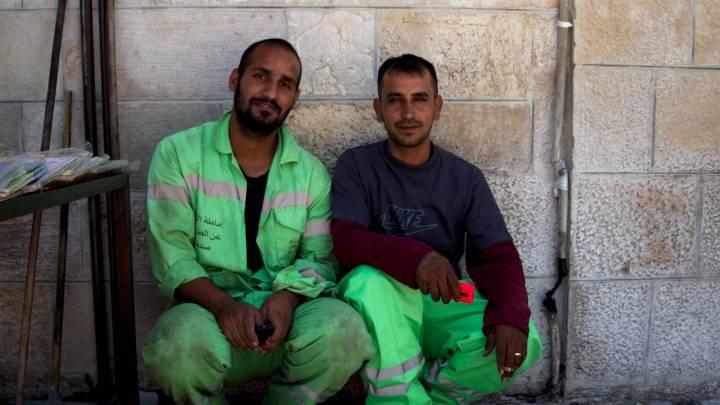 صورة لعاملين نظافة في عمان