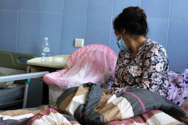 إمرأة في غرفتها في المستشفى بعد الولادة