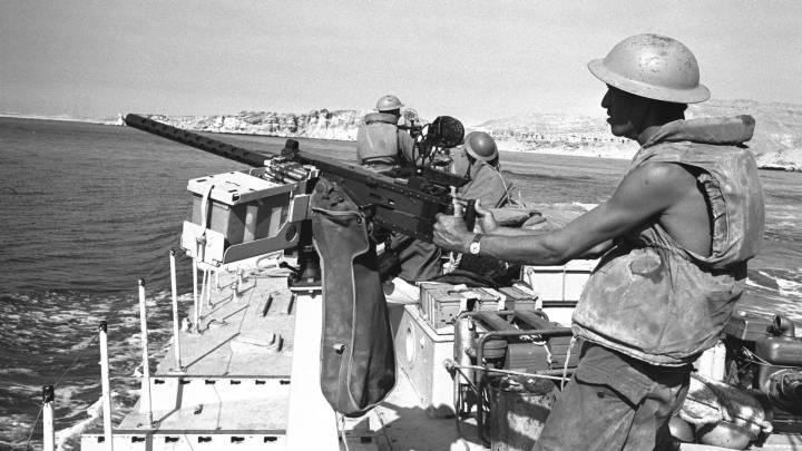 زورق حربي اسرائيلي يمرّ من خلال مديق تيران بالقرب من شرم الشيخ، ٨ يونيو/حزيران١٩٦٧