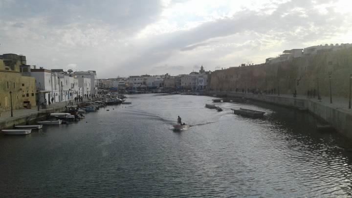 Die Hafenbucht von Bizerte. Seit die Stadt um 1100 vor Christus als Handelsposten von phönizischen Händlern gegründet wurde, starten von hier Fischerboote.