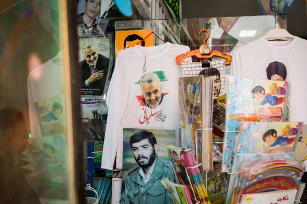 Das Konterfei von Generalmajor Qasem Soleimani in einem Souvenirladen des Kriegsmuseums Teheran. Die Taetigkeit des Kommandanten der Qods-Einheit hatte bis zur Krise 2013 mehr mit nachrichtendienstlicher Koordination und Verhandlungsfuehrung als mit milit