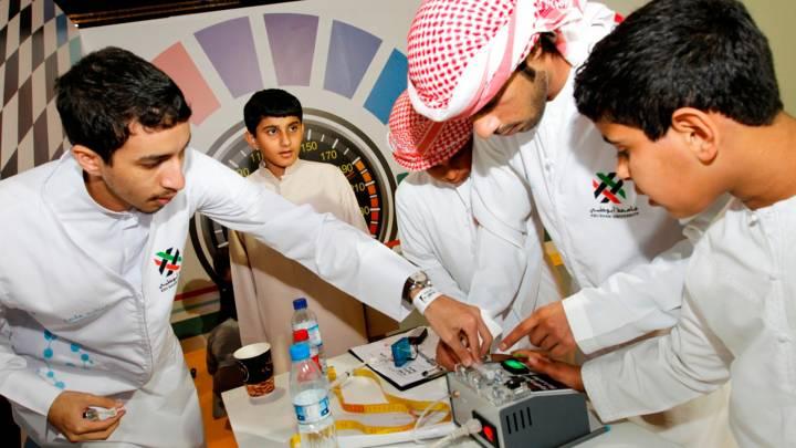 طلاب في معرض العلوم في ابو ظبي