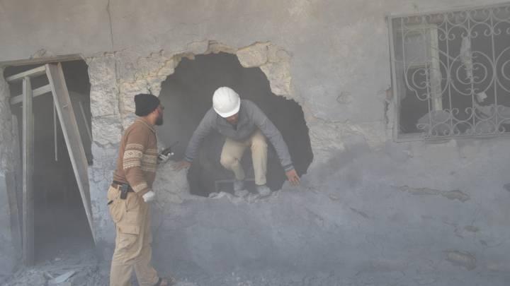 متطوع من الخوذ البيضاء يقوم بعمله الميداني