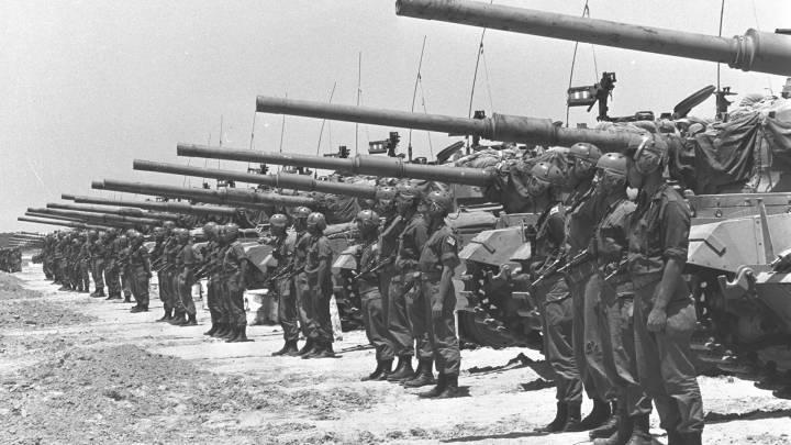 Eine Einheit israelischer Centurion-Panzer in der Negev-Wüste