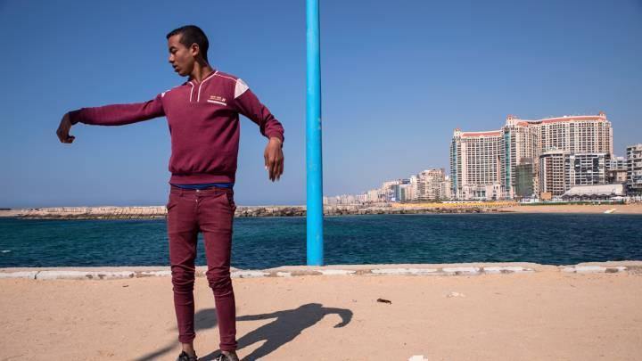Der 17-jährige Saled wohnt in derselben Nachbarschaft und kommt zum Trainieren an den Strand. Er ist Mitglied der Tanzgruppe »Asphalt-Teufel«. Ihren Tanzstil bezeichnet Saled als eine Mischung aus »Knocking, Breaking und Zauberei«.