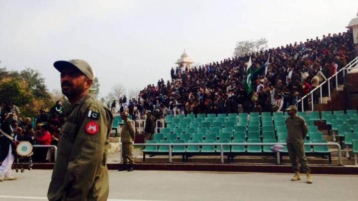Ein pakistanischer Grenzsoldat blickt Richung Indien