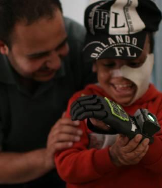 Junge mit 3D-Hand