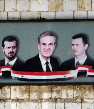 لوحة تصور الأسد الأب مع ابنيه باسل وبشار